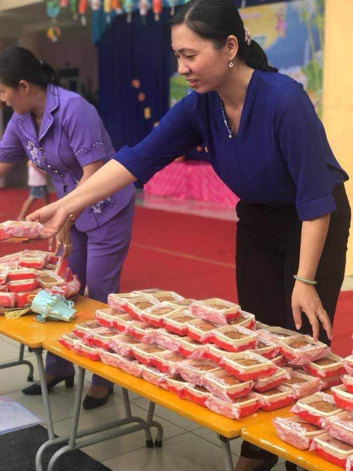 Hai cô Phó hiệu trưởng cùng tặng bánh trung thu cho các bé