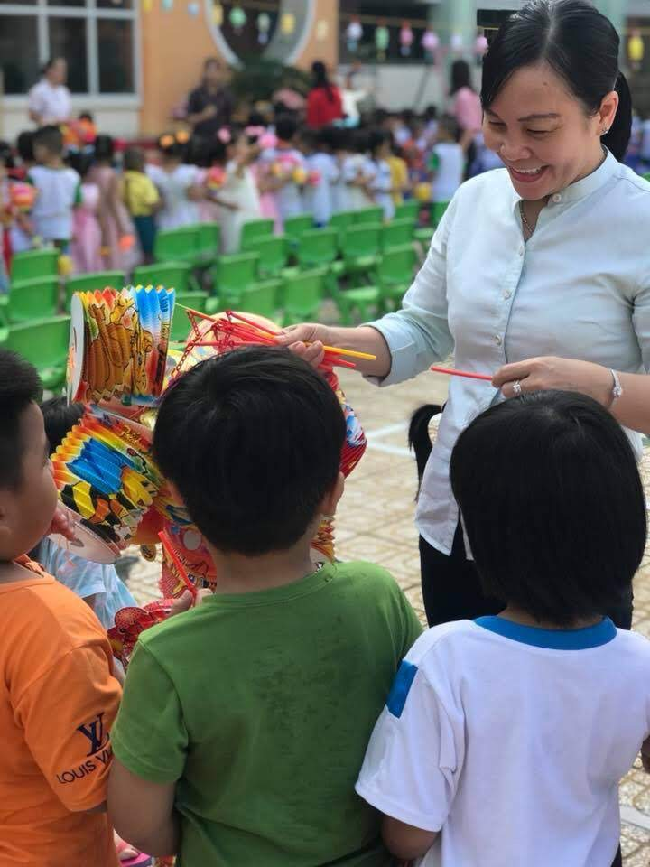 Các bé rất thích thú khi được nhận chiếc lồng đèn xinh xắn từ cô Hiệu trưởng của mình