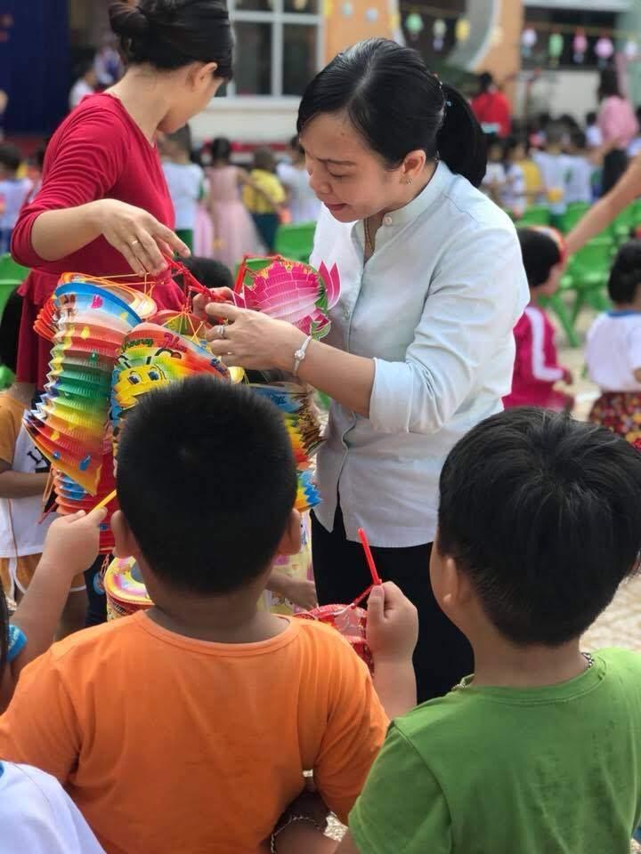 Cô Hiệu trưởng tặng lồng đèn cho các bé trong trường